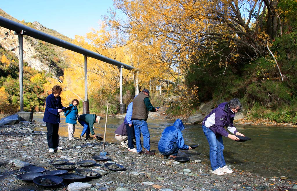 4WD-Macetown-Gold-panning-in-the-Arrow-River